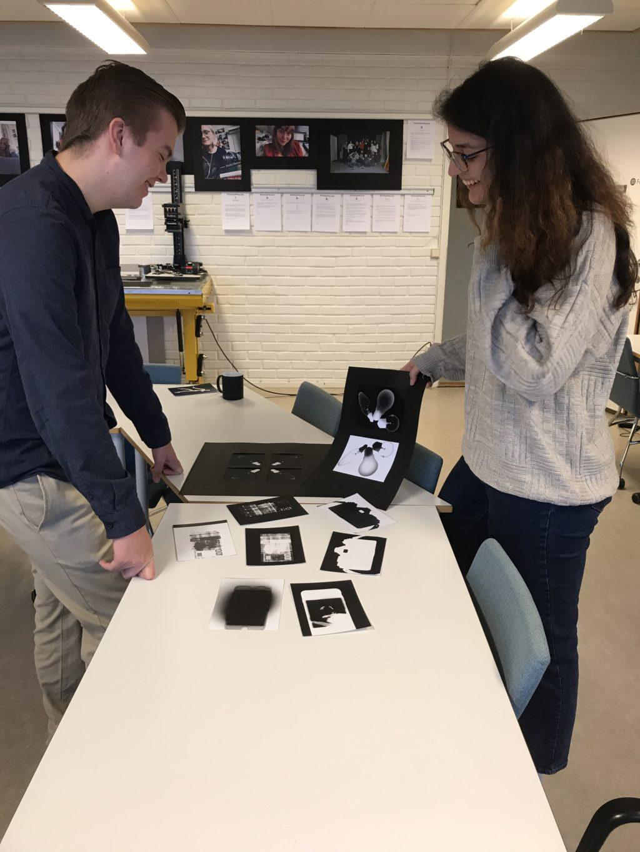 Resultatene fra mørkerommet kan tas og føles på. Dette er utrolig gøy! Kristian og Elena er sjekker resultatene av både positive og negative fotogrammer.